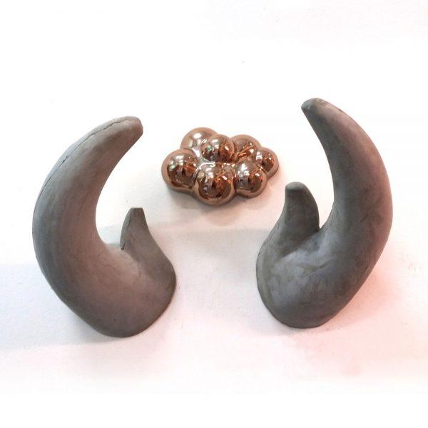Wandobject ,  hol gegoten hoorns gewicht ±5kg per/ stuk met goude wolk keramiek hoogte totaal ± 50 cm  / breedte ± 70 cm